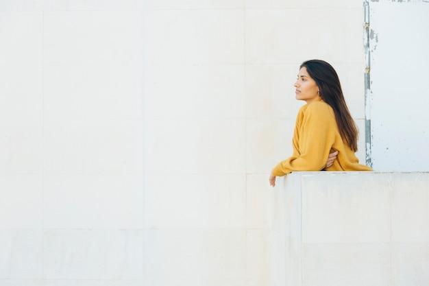 Bella donna in piedi al balcone Foto Gratuite