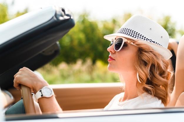 Bella donna in viaggio Foto Gratuite