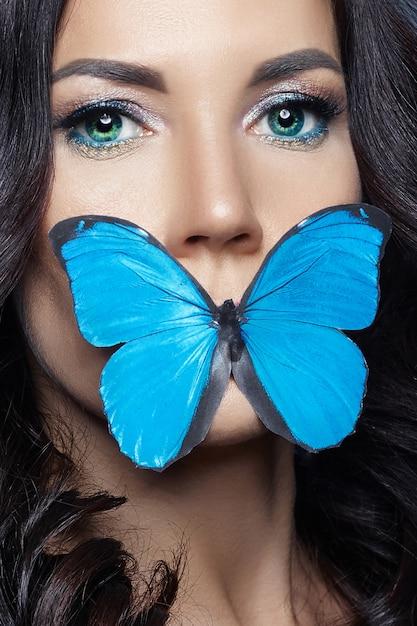 Bella donna misteriosa farfalle di colore blu Foto Premium