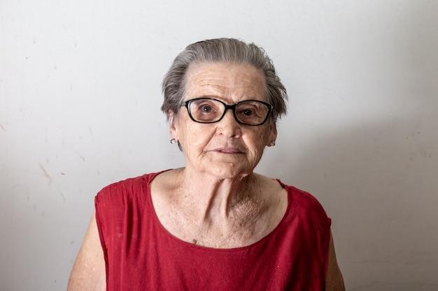 Bella donna più anziana che ride e che sorride. sorridente donna anziana Foto Premium