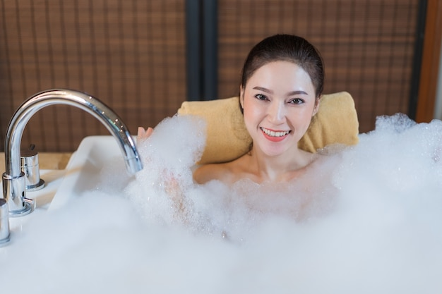 Vasca Da Bagno Uma Jacuzzi : Bella donna prende il bagnoschiuma e giocando nella vasca da bagno