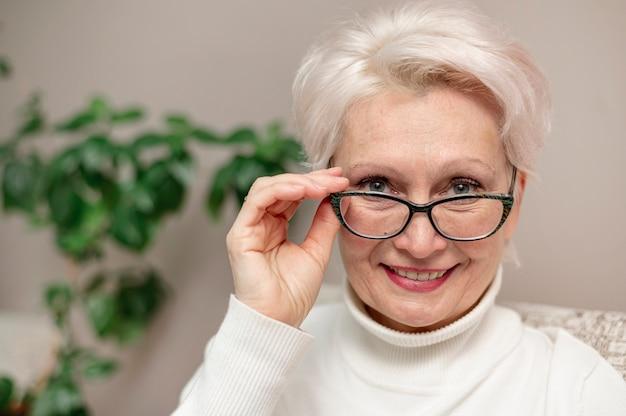Bella donna senior del ritratto con i vetri Foto Gratuite