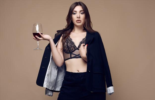 Bella donna sexy del brunette con le labbra succose in biancheria intima scura Foto Premium
