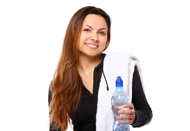 Bella donna sorridente con una bottiglia di acqua Foto Gratuite
