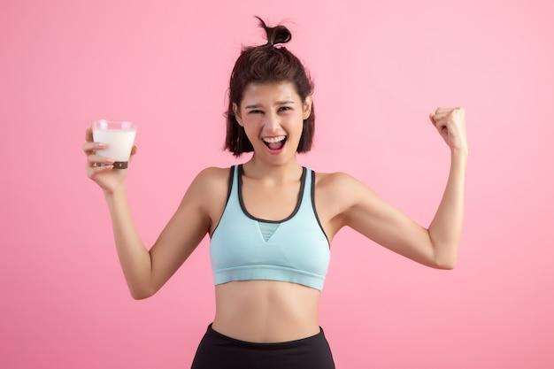 Bella donna sportiva che beve latte Foto Gratuite