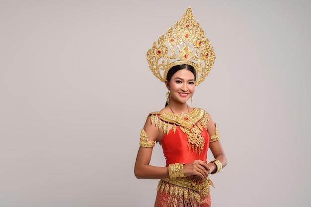 Bella donna tailandese che indossa un abito tailandese e un sorriso felice. Foto Gratuite