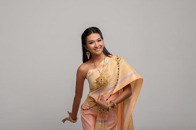 Bella donna tailandese che porta vestito tailandese e ballo tailandese Foto Gratuite