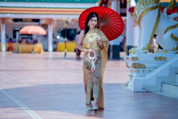 Bella donna tailandese in costume tradizionale in phra that choeng chum tailandia tempio Foto Gratuite