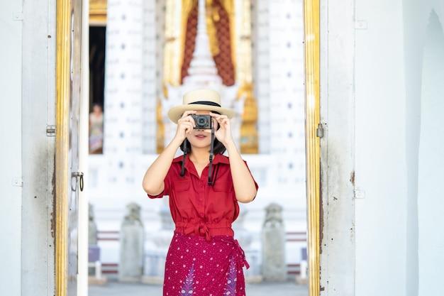 Bella donna turistica videocamera per catturare i ricordi. Foto Premium