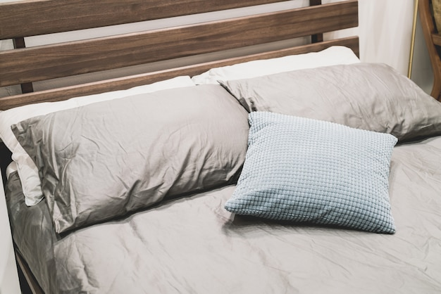 Come Posizionare I Cuscini Sul Letto.Bella E Comoda Decorazione Del Cuscino Sul Letto Foto Premium