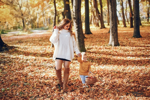 Bella ed elegante famiglia in un parco Foto Gratuite