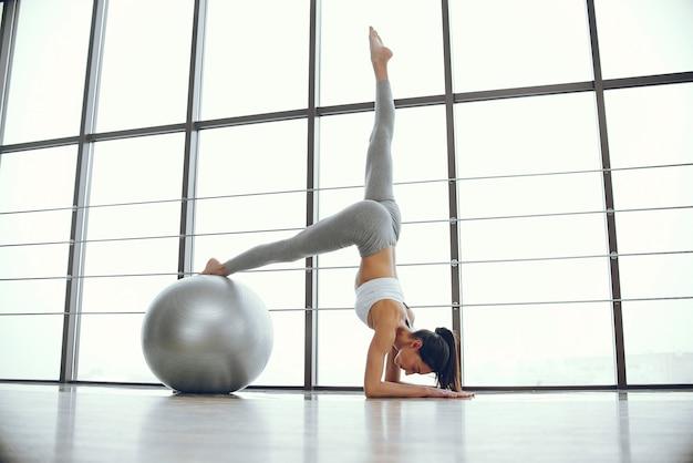 Bella ed elegante ragazza facendo yoga Foto Gratuite