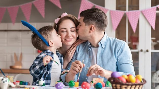 Bella famiglia che celebra insieme la pasqua Foto Gratuite