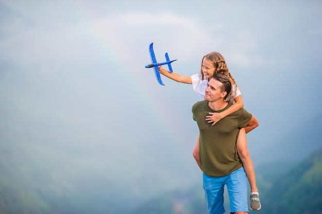 Bella famiglia felice in montagna Foto Premium
