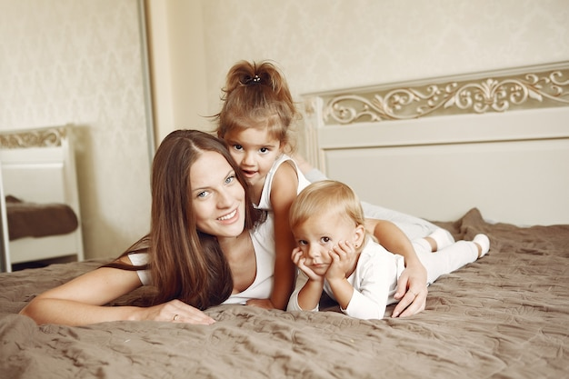 Bella famiglia trascorrere del tempo in un bagno Foto Gratuite