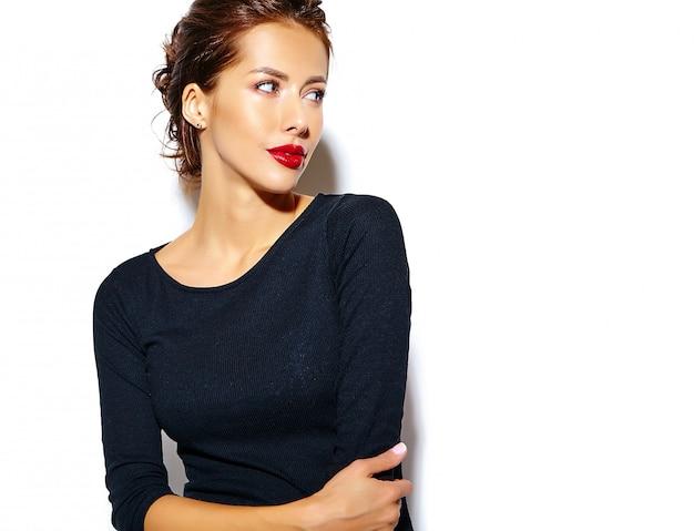 Bella felice carina donna bruna sexy in casual abito nero con labbra rosse sul muro bianco Foto Gratuite