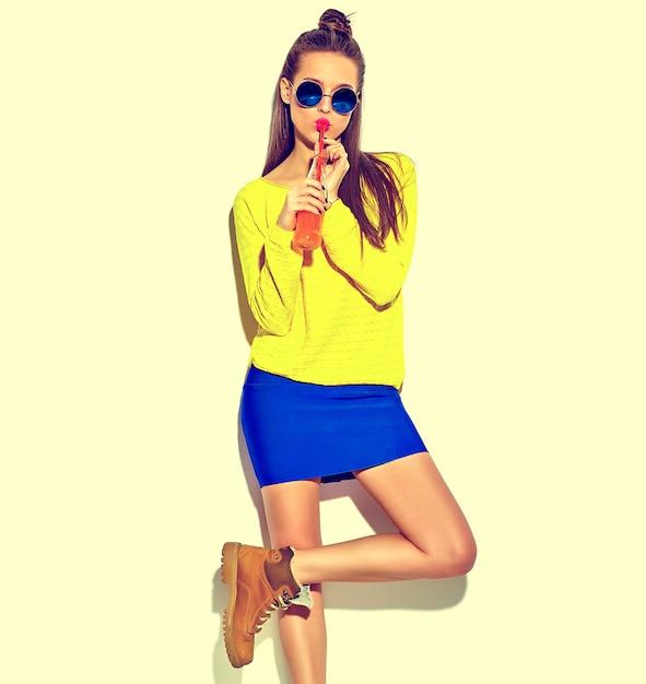 Bella felice carina ragazza sorridente donna bruna in abiti casual Foto Gratuite