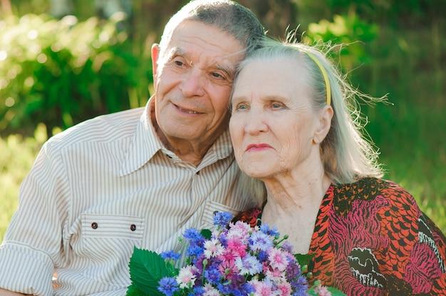Bella felice ottanta anni seduti nel parco Foto Premium