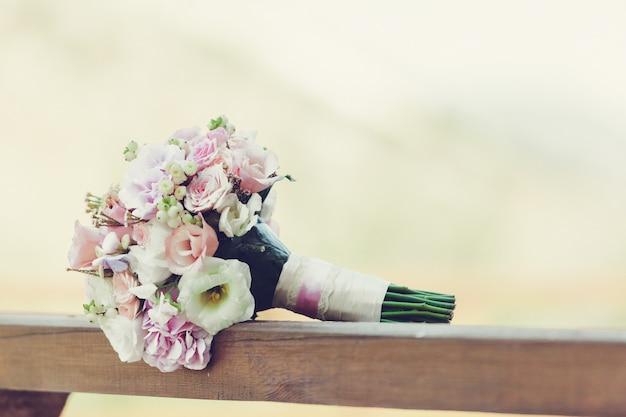 Bella fine del mazzo del fiore di nozze della sposa su Foto Premium