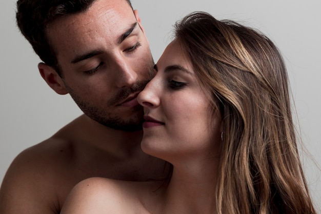 Bella giovane coppia nuda baciare Foto Gratuite