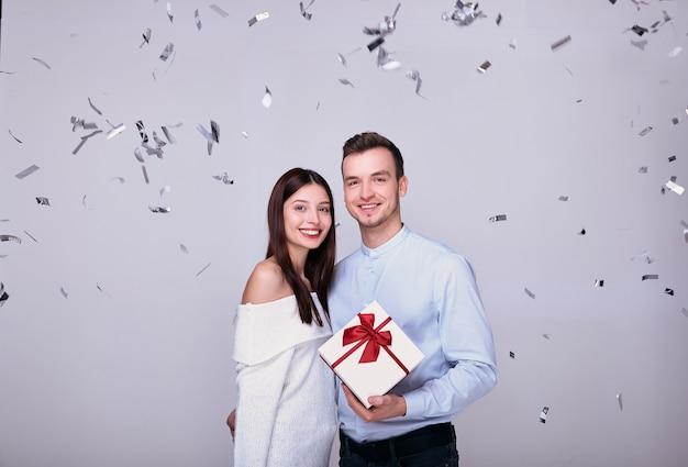 Bella giovane coppia sullo sfondo celebra il capodanno, natale. Foto Premium