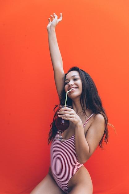 Bella giovane donna asiatica con bikini. Foto Premium