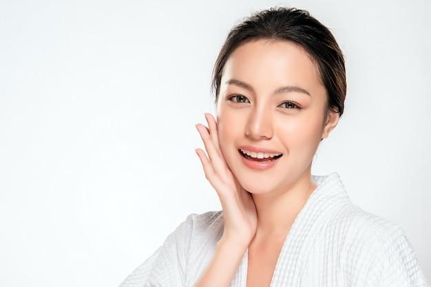 Bella giovane donna asiatica con pelle fresca pulita Foto Premium