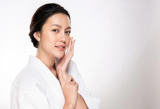 Bella giovane donna asiatica con pelle pulita fresca Foto Premium