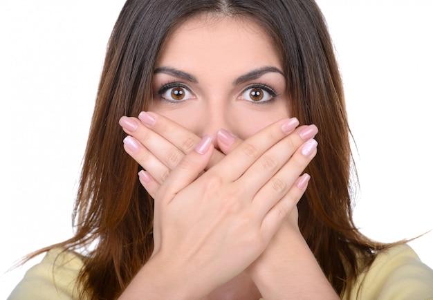 Bella giovane donna che copre la bocca. Foto Premium