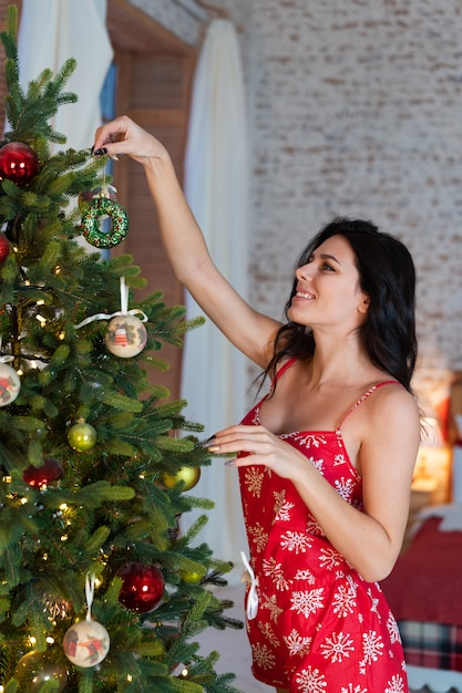 Bella giovane donna che fa una pausa l'albero Foto Gratuite