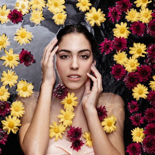 Bella giovane donna che gode del bagno di primavera Foto Gratuite