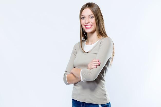Bella giovane donna che guarda l'obbiettivo su sfondo bianco. Foto Gratuite