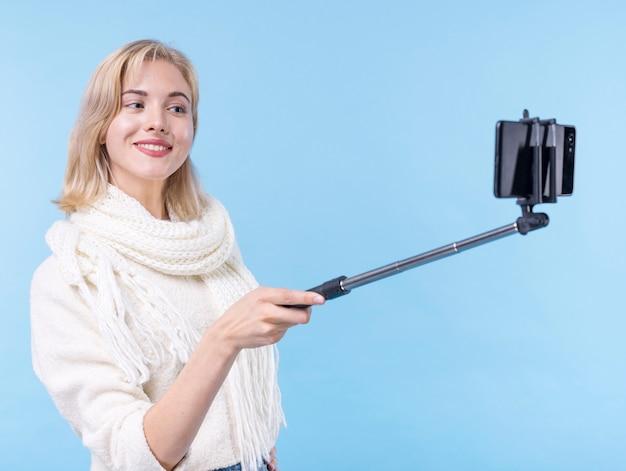 Bella giovane donna che prende un selfie Foto Gratuite