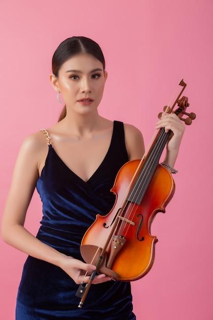 Bella giovane donna che suona il violino Foto Gratuite