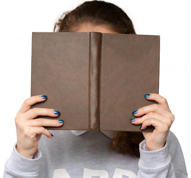 Bella giovane donna che tiene il libro Foto Premium