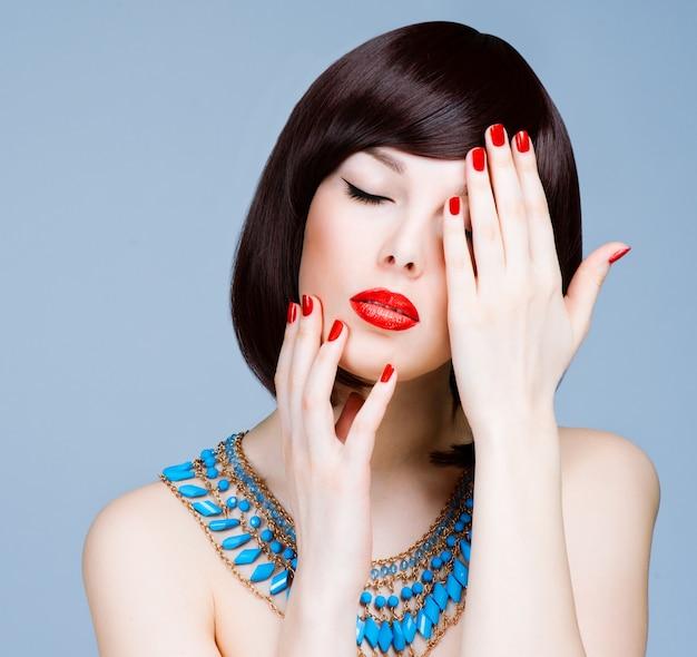Bella giovane donna con lunghi capelli e gioielli. Foto Premium