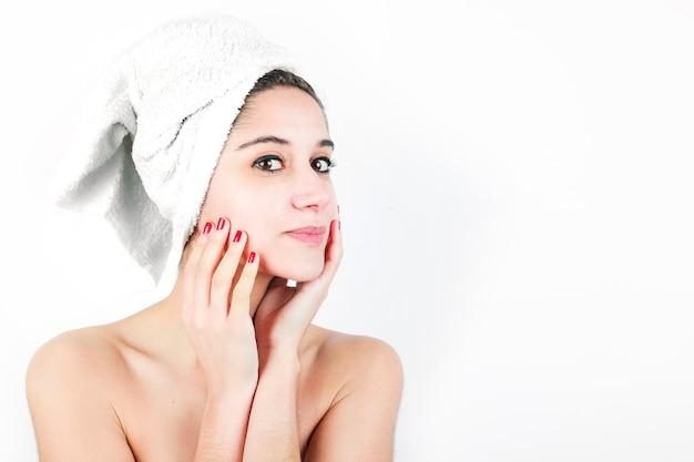 Bella giovane donna con un asciugamano avvolto intorno al collo Foto Gratuite