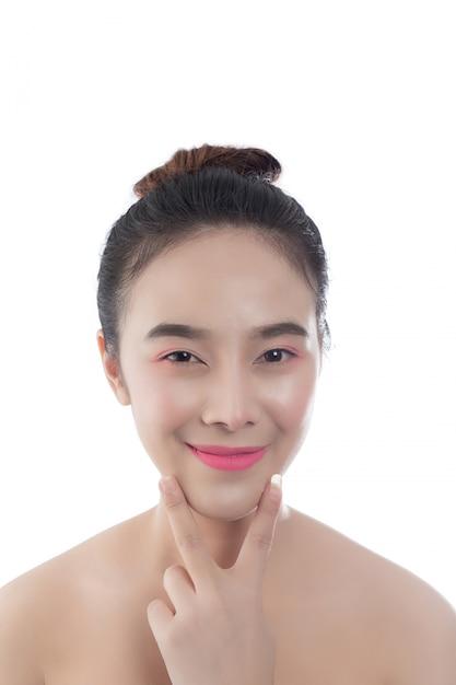 Bella giovane donna con un sorriso felice espressioni facciali e gesti a mano, concetti di bellezza e spa Foto Gratuite