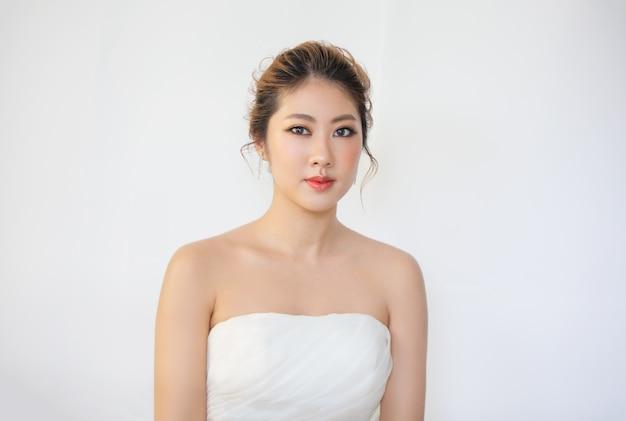 Bella giovane donna con un tocco di pelle fresca e pulita proprio viso trattamento viso cosmetologia bellezza e spa Foto Premium