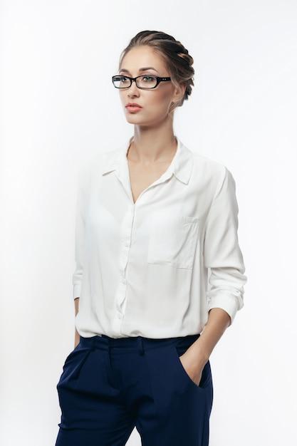 Bella giovane donna di affari in studio Foto Premium