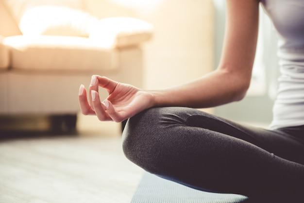 Bella giovane donna in abiti sportivi che fa yoga Foto Premium