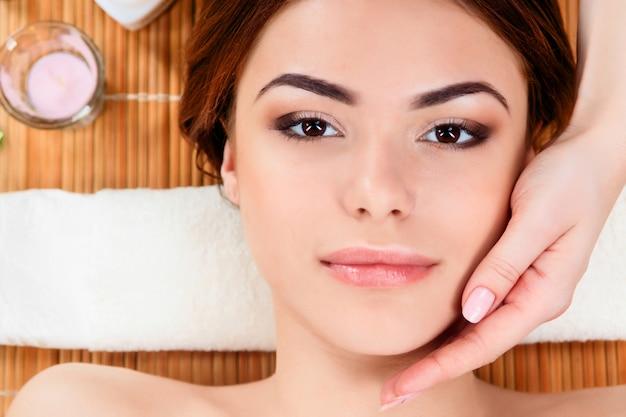 Bella giovane donna in un salone spa Foto Gratuite