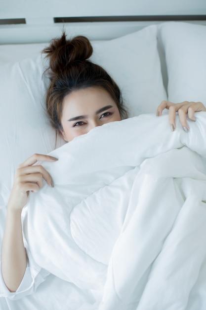 Bella giovane donna sdraiata nel letto e dormire. Foto Gratuite