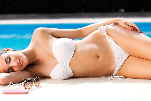 Bella, giovane e sexy ragazza godere in estate vicino alla piscina. Foto Gratuite