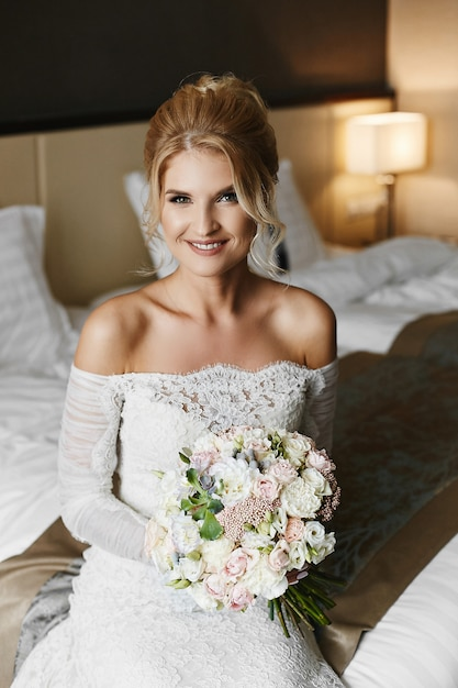 Bella giovane sposa nel suo abito da sposa Foto Premium