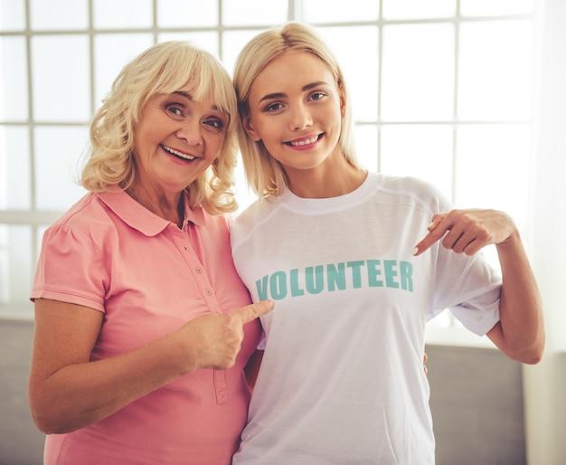 Bella giovane volontaria femminile e bella anziana. Foto Premium