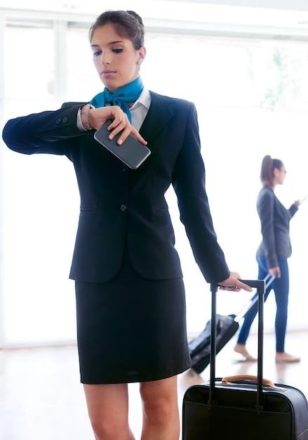 Bella hostess che lavora in aeroporto. Foto Premium