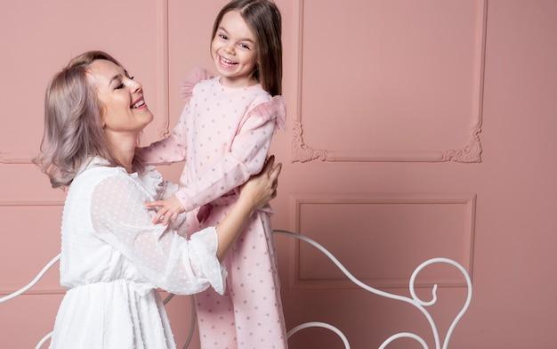 Bella madre con bambina Foto Gratuite