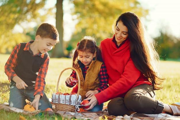 Bella madre con bambini piccoli Foto Gratuite