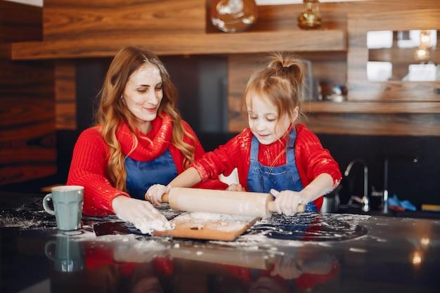 Bella madre con una piccola figlia Foto Gratuite